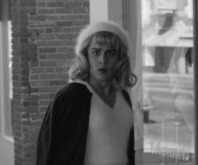 Johnny Depp jouant Ed Wood habillé en femme.