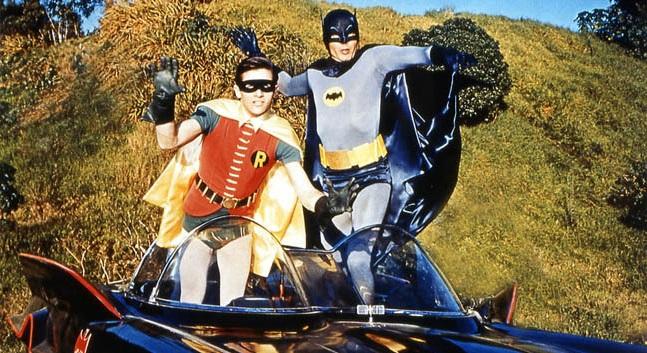 Batman et Robin sautant dans leur véhicule dans la série des années 60