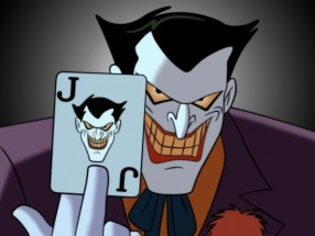Le Joker de la série animée de 1992 posant une carte Joker.