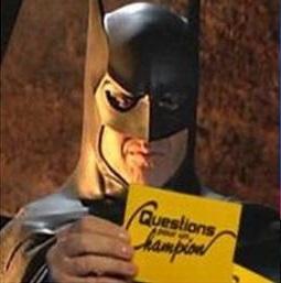 Batman tenant une fiche Question pour un Champion