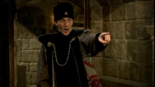 Eli Semoun interprétant un inquisiteur dans la série Kaamelott.