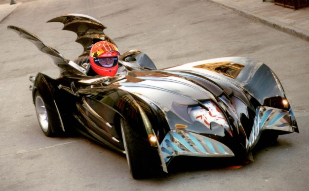 Un montage incrustant la tête de Schumacher le pilote de course au volant de la Batmobile de Batman et Robin.