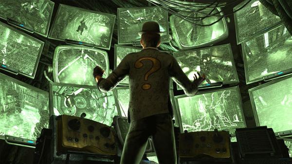 L'Homme Mystère devant des dizaines d'écran d'ordinateur.