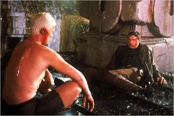 Les personnages d'Harrison Ford et de Rutger Hauer se faisant face sous la pluie.