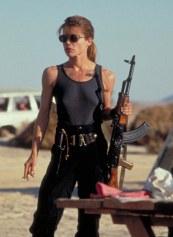 Sarah Connor dans Terminator 2, mère de famille qui n'hésite pas à tuer des innocent pour sauver le reste de l'humanité.