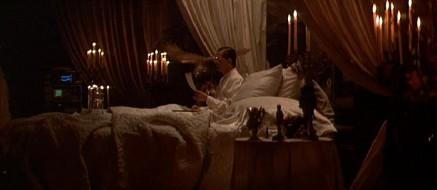Tyrell, l'homme le plus riche et brillant du film profitant de son appartement richement décoré.