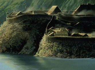 La forge du film, construite comme une motte féodale avec des pieux, des barricades et un chemin de ronde.