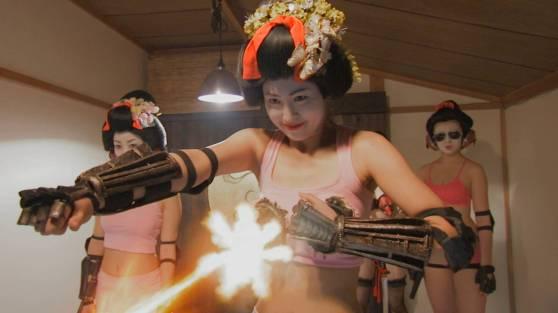 Une geisha robotique dont le sein droit cache une mitraillette.