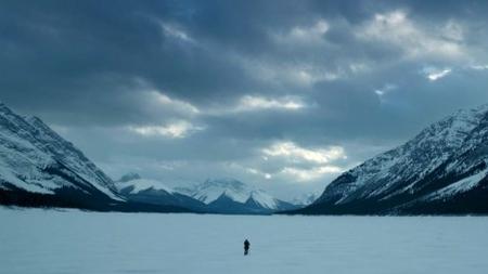 Leonardo DiCaprio marchant seul dans la neige.