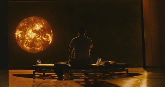 Le capitain de l'équipage en pleine méditation devant le Soleil.