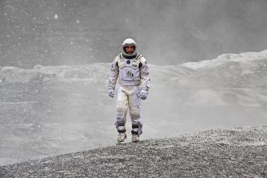 Le personnage principal du film Interstellar marchant seul sur une planète désertique.