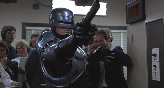 Robocop determiné à se servir de son arme dans le film de 1987