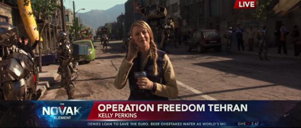 """Une envoyée spéciale souriante dans Robocop alors que des armées de drones """"pacifient"""" les civils en les mettant en joue."""