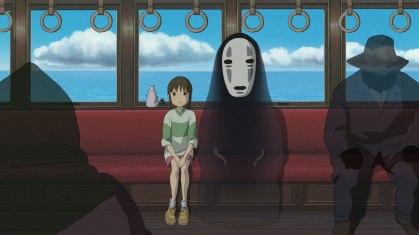 Chihiro assise dans le train dans Le Voyage de Chihiro (2001) de Hayao Miyazaki