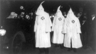 Et puis on va pas se mentir, c'est pas FRANCHEMENT cool d'assimiler qui que ce soit au Klan. Je trouve. Vous me dites si vous pensez autrement, que j'arrête de vous parler.