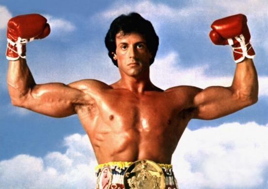 Rocky Balboa posant avec la ceinture de champion du monde dans Rocky 3