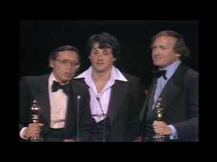 Sylvester Stallone et les producteurs Irwin Winkler et Robert Chartoff recevant l'Oscar du meilleur film pour Rocky en 1977