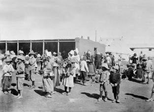 Des prisonniers dans un camp de concentration pendant la seconde guerre des Boers.