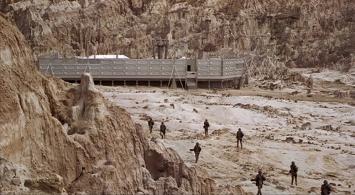 Les soldats de Starship Troopers courant dans le désert pour rejoindre un avant-post.