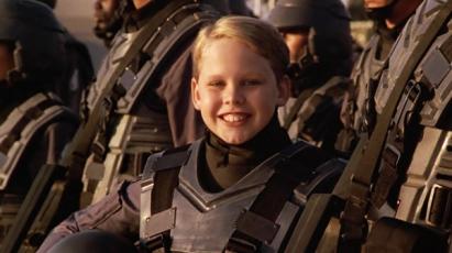 Un enfant soldat présenté dans le film de propagande qui ouvre Starship Troopers