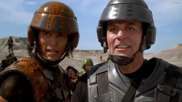 Le héros, Juan Rico, recouvert de sang d'alien aux côtés de Jean Rasczak, son officier supérieur.