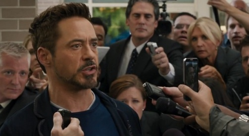 Tony Stark provoquant les terroristes lors d'une interview pour la TV