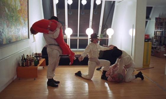 """La scène de viol dans Orange Mécanique où le personnage principal chante """"Singing in the Rain"""""""