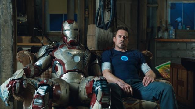 Tony Stark déprimant à côté de son armure sur un canapé