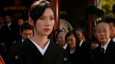 Mariko et les proches de son père à ses obsèques