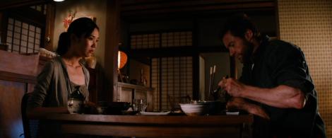 Wolverine et Mariko prenant un repas dans la maison de campagne de cette dernière.