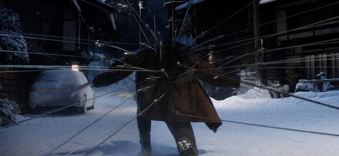 Wolverine transpercé de flèches reliées à des cordes le tirant en arrière mais tentant tant bien que mal de progresser pour aller sauver Mariko.