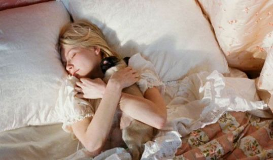Marie-Antoinette faisant un câlin à son carlin au réveil.