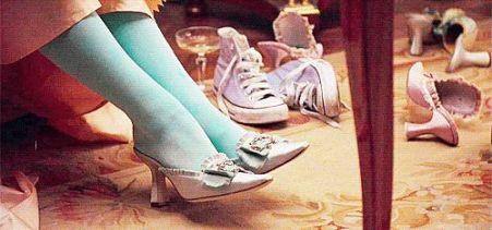 Le fameux plan d'essayage de chaussures où l'on peut voire une paire de Converses violettes trainer dans le fond.