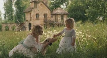 Marie-Antoinette et sa fille Marie-Thérèse à la ferme du château.