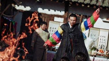 Hwang Jung-min jouant le chaman, ici en pleine incantation.