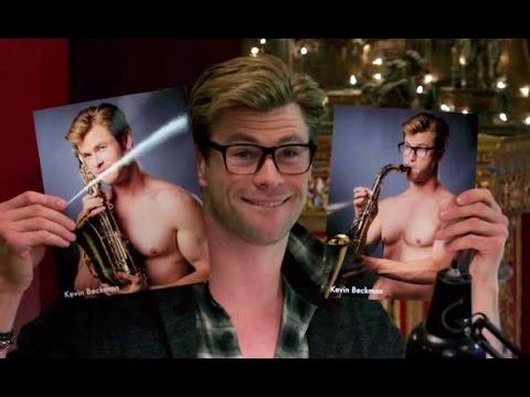 La vraie question étant : vous préférez la photo où il joue du saxophone, ou celle où il écoute le saxophone ?