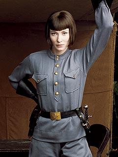 Cate Blanchett en officier russe pas content