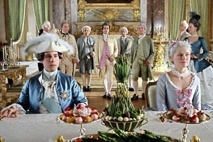 Une scène de repas où les personnages de Louis XVI et Marie-Antoinette mangent sous haute surveillance.