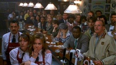 Un bar rempli de spectateurs attentifs aux aventures de Truman.