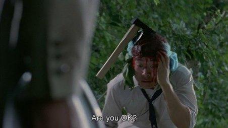 Un étudiant venant de planter une hache dans la tête de son ami et lui demandant s'il va bien.