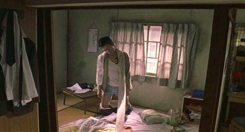 Le père du héros, pendu dans son appartement et laissant derrière lui un message à son fils, lui demandant de réussir là où il a échoué.
