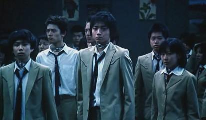 Un groupe d'étudiants portant un collier explosif autour du cou.