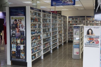 Les rayons d'une boutique VideoFutur, une chaine de location de films