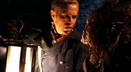 Un des soldats explorant l'antre des cannibales dans ce qui pourrait bien être la meilleure scène du film.