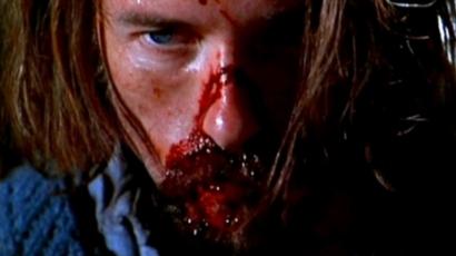 Guy Pearce le visage barbouillé de rouge.