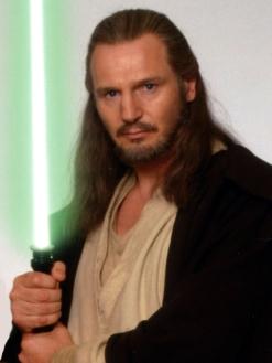 Liam Neeson jouant le maitre jedi Qui Gon Jin