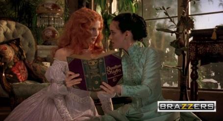 Mina Harper et son amie Lucy en train de regarder un livre d'images erotiques.