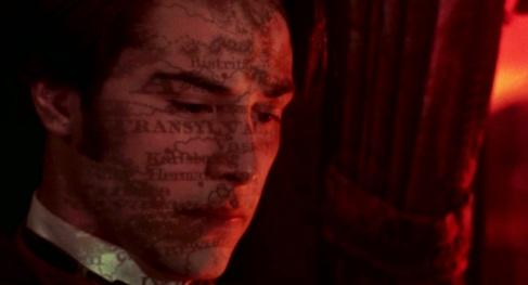 Keanu Reeves avec une carte de la Transylvanie projetée sur sa tête.