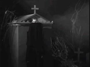 Même si le vampire qui se cache derrière sa cape, ça vient aussi de Plan Nine From Outer Space (du réalisateur Ed Wood), qui a vu Bela Lugosi mourir pendant le tournage alors qu'il y reprenait le rôle de Dracula. Pour cacher la misère, son remplaçant se cachait dans sa cape #TheMoreYouKnow