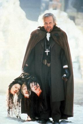 Anthony Hopkins en Van Helsing avec les trois têtes des femmes de Dracula dans la main.
